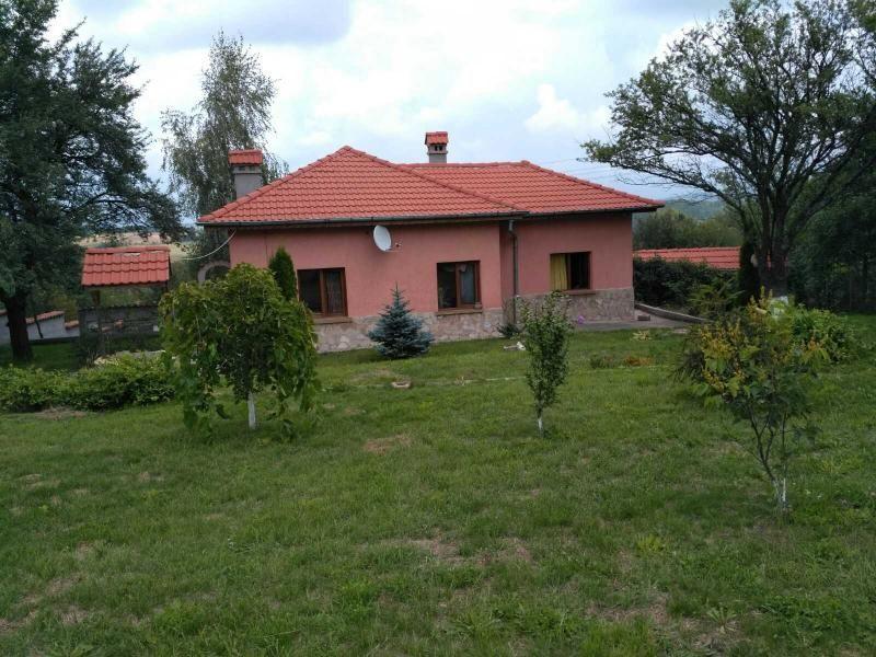 Продажба на кокектна, отремонтирана къща, с голям двор, на 20 км. от София, с. Костадинково